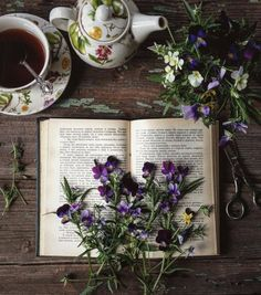 Flowers books and tea. a few of my favorite things :) Witch Aesthetic, Book Aesthetic, Photos Amoureux, Deco Floral, Photo Instagram, Disney Instagram, Book Photography, Landscape Photography, Belle Photo