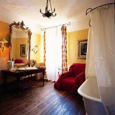 Une salle de bain à l'ancienne pleine de charme