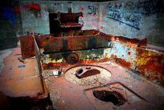 """tych pozostałości przy następnej wizycie może już nie być. Co myślicie o pomyśle """"armatniego lapidarium""""? #MiastoHel #pomorskie #bunkry #wakacje"""