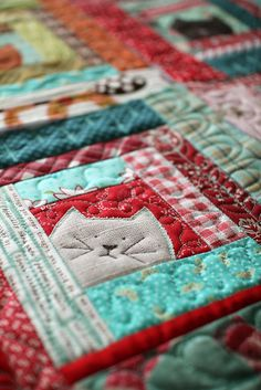 I love little projects! In our busy lives, there's always time to quilt somethin… I love little projects! In our busy lives, there's always time to quilt something small. I also love log cabin quilt blocks. Mini Quilts, Cute Quilts, Small Quilts, Quilts For Kids, Crazy Quilting, Patchwork Quilting, Applique Quilts, Cat Applique, Scrappy Quilts