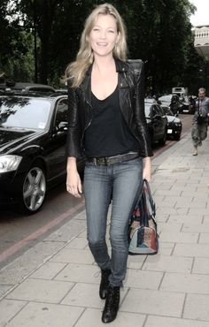 Kate Moss looks chic, edgy, and totally classic. I love the fit and cut of her jacket. Estilo Kate Moss, Casual Chic, Kate Moss Stil, Stil Inspiration, Fashion Inspiration, Moss Fashion, Queen Kate, Looks Chic, Christy Turlington