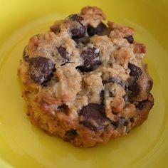 Fıstık ezmeli yulaflı kurabiye tarifi için ilk olarak bir kaba unu koyalım. Üzerine yulaf ezmesi, kabartma tozu, tuzu ve toz bademi ekleyerek yoğuralım. Terey..