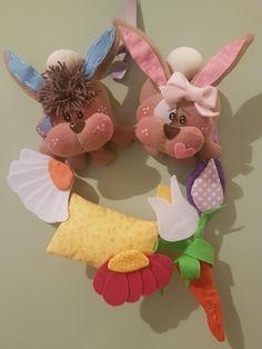 Ghirlanda con coniglietti e fiori in feltro e pile