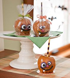 End the meal with season-appropriate caramel apples. The jack-o'-lantern facial features are cut out from fondant and stuck onto prepared caramel apples. You can opt to serve them as dessert, or wrap the apples in clear treat bags to send home as favors. Holidays Halloween, Halloween Kids, Halloween Treats, Halloween Party, Halloween Apples, Party Favors For Adults, Birthday Party Favors, Party Favours, 50th Birthday
