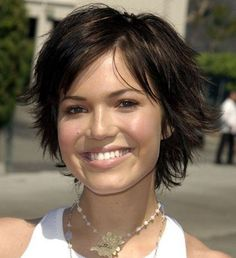 30 kurze, freche Frisuren, die Ihrem Look einen trendigen Touch verleihen- mandy moore lockige frisuren Shaggy Short Hair, Short Sassy Haircuts, Round Face Haircuts, Short Hair Updo, Hairstyles For Round Faces, Short Hairstyles For Women, Hairstyles Haircuts, Curly Hair Styles, Cool Hairstyles