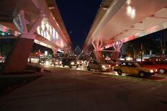 Vista nocturna. Puente Matute Remus en la Ciudad de Guadalajara.  Diseño Arq. Álvaro Morales y Arq. Miguel Echauri