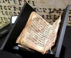 libro più piccolo -Questo storico documento, presentato nel Museo dei Territori della Bibbia a Gerusalemme, è il libro di preghiere ebraiche (Siddurn) più antico Cerca con Google