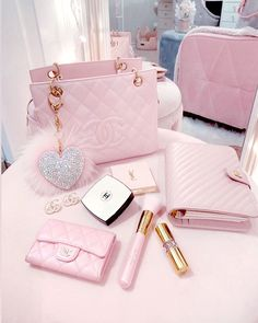 21 Stunning Makeup Looks for Green Eyes Pink Love, Cute Pink, Pretty In Pink, Baby Pink Aesthetic, Princess Aesthetic, Tout Rose, Accessoires Iphone, Luxury Purses, Accesorios Casual