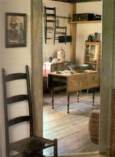In case the room is small then the bed will be the primary focus. If possible, place the bed in the middle of the room so that it looks more spacious. Primitive Homes, Primitive Kitchen, Primitive Country, Prim Decor, Country Decor, Primitive Decor, Style Shaker, Shaker Furniture, Primitive Furniture
