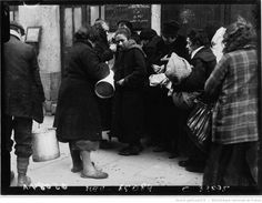 1928. Le froid à Paris : les soupes populaires :  Soup-kitchen [photographie de presse] / Agence Meurisse
