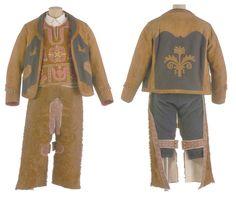 TRAJE DE GALA DE PASTOR EXTREMEÑO DE LA COMARCA DE LA SERENA. Compuesto por camisa, peto, chaqueta y zahones (Museo del Traje. CIPE   Av. Juan de Herrera, 2 Madrid)