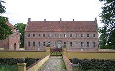 Selsø Slot, Sjælland - Selsø er en herregård, der nævnes første gang i 1288, da biskop Ingvar af Roskilde ved et brev af 27. juli skænker domprovst Jens Grand sine gårde i Selsø.  Hovedbygningen er opført i 1576 og ombygget i 1728-1734.
