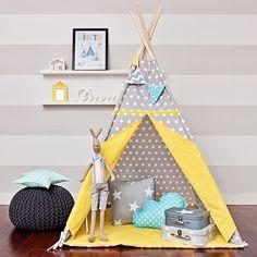 La tente tipi est une cachette extraordinaire pour votre enfant, idéale pour les quatre saisons de l'année.  Elle sera excellente dans un appartement, sur une terrasse, un balcon ou dans un jardin.  Grâce à elle, chaque intérieur sera bien décoré et plus douillet.  A l'intérieur, il y a assez de place aussi bien pour l'enfant que pour le parent qui sera ravi de pouvoir lire un conte avant de dormir.  La tente est légère et facilement pliable, on peut donc aisément la transporter et déplacer…