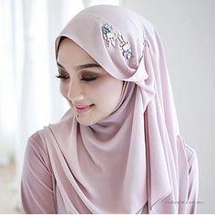 #repost from @radiusite #hijablook #hijablove #hijabstyle #hijab #hijabi #hijabista #hijabers #hijabinspiration #hijabfashion #hijabfashionista #modestfashion #modestwear #modesty #modest #fashion #love #look #style Turban Hijab, Mode Turban, Hijab Dress, Stylish Hijab, Modest Fashion Hijab, Fashion Muslimah, Hijab Chic, Abaya Fashion, Bridal Hijab