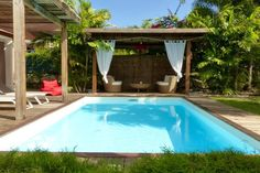Logement entier à Saint-François, GP. Villa de vacances pour 6 personnes, avec piscine. Résidence avec accès privé, très calme. Composée de 3 chambres climatisées (literie neuve et de qualité), avec salles de bain attenantes (douche à l'italienne). Séjour ouvert sur l'extérieur d...