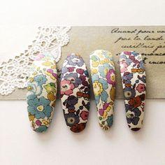 レトロな小花柄がポイント!リバティプリントとは? イギリスにあるリバティ社の生地ブランドです。 さらりとした薄手のコットン生地に、 レトロで多色使いの小花柄をプリントしたものが代表的ですね♡ でも今では、レトロな小花柄を指して「リバティプリ...