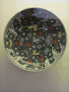 Plat à décor animalier  Chine, Jiangxi, Jingdezhen  Dynastie Qing, période Kangxi  (1662-1722) - 17e siècle  Biscuit   Famille verte sur biscuit (+)
