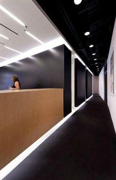 Blanco y negro, contraste en el diseño interior de esta óptica de Montreal