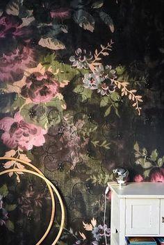 """Dark magic with the wallpaper """"Blossom Dark"""". Photo cred to @sullkullan ⠀"""