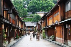 Kanazawa, the capital city of Ishikawa Prefecture, sits on the Sea of Japan, bordered by scenic mountain ranges and national parks, has well-preserved art and culture. Geisha, Kyoto, Kanazawa Japan, Site Classé, Mexico Real Estate, Japon Tokyo, Mont Fuji, Sea Of Japan, Road Trip