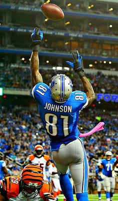 Calvin Johnson - wide receiver for the Detroit Lions Detroit Lions Football, Nfl Football Players, Detroit Sports, American Football Players, Cowboys Football, Detroit Lions Players, Football Awards, Football Art, Football Uniforms