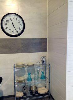Detalle de rincón de una cocina con las paredes domidecor de Faus con diseños modernos y elegantes