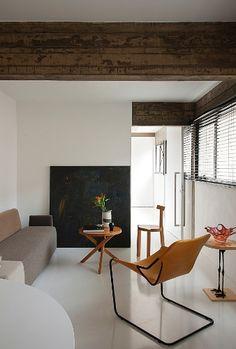 """A pintura, ao fundo, é do artista curitibano Geraldo Leão. Ao decorar seu apartamento em São Paulo, o arquiteto Marcos Bertoldi optou por apoiar a obra no piso: """"Queria uma arrumação um pouco mais solta e leve"""
