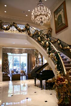 Xmas Decoration Inspiration - Beautiful entrance hall with a garland entwined around the staircase bannister #christmasiscoming...x