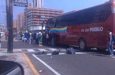 MARACAIBO: 40 EMPLEADOS DE PDVSA GAS PEDÍAN AUXILIO DENTRO DE BUS DETENIDO POR ESTUDIANTES (+FOTOS)