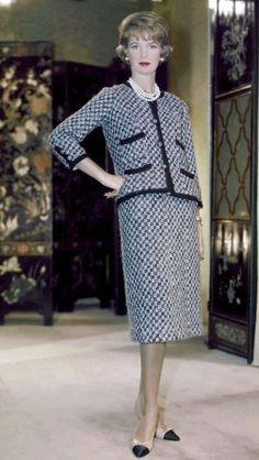 Fashion history from 1950 to 1960 Estilo Coco Chanel, Chanel Couture, 1960s Fashion, Vintage Fashion, Moda Popular, Moda Chanel, Chanel Style Jacket, Coco Chanel Fashion, Vintage Couture