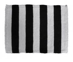 Ręcznie dziergany dywan z grubego bawełnianego sznurka (0,5cm). Wykonany na drutach z ok. 500 m sznurka w kolorach białym i czarnym. Ociepli i uzupełni wnętrze, w którym znajdzie swoje miejsce. Każdy dywan wykonany tym wzorem musi być wykończony dodatkową obwódką, innym wzo...