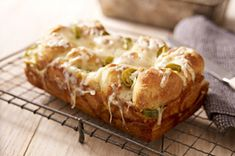 Shredded pepper Jack cheese and pickled jalapeño nacho slices are layered between pieces of refrigerated biscuits to make this flavorful monkey bread. Kraft Recipes, Bread Recipes, Cooking Recipes, What's Cooking, Drink Recipes, Yummy Recipes, Recipies, Garlic Monkey Bread, Cinnamon Monkey Bread