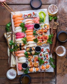 the composition of this sushi pic, looks like a very inviting sushi platter well done for sushi recipes Sushi Recipes, Asian Recipes, Healthy Recipes, Party Recipes, I Love Food, Good Food, Yummy Food, Sushi Comida, Sushi Sushi