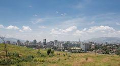 Panorama des auf 2400 Meter über dem Meeresspiegel gelegenen Addis Abeba. (Bild: Thomas Imo / Photothek) Addis Abeba, San Francisco Skyline, New York Skyline, Mountains, Nature, Travel, Culture Shock, Farmers, Agriculture