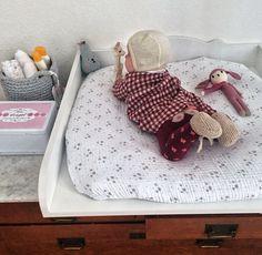 Wickelkommode, kariertes Babykleid, Babyspielzeug