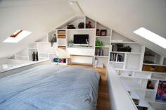 Slaapkamer op zolder - doorlopende boekenkast