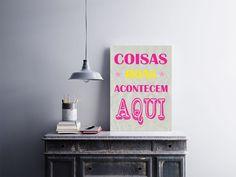 """Placa decorativa """"Coisas Boas Acontecem Aqui""""  Temos quadros com moldura e vidro protetor e placas decorativas em MDF.  Visite nossa loja e conheça nossos diversos modelos.  Loja virtual: www.arteemposter.com.br  Facebook: fb.com/arteemposter  Instagram: instagram.com/rogergon1975  #placa #adesivo #poster #quadro #vidro #parede #moldura"""