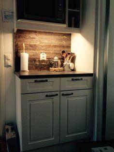 Vanhasta ladon seinästä tuli keittiön kaappien välitila.