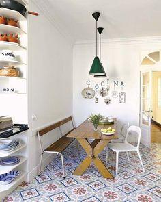 Office con mesa de madera, banco y sillas blancas