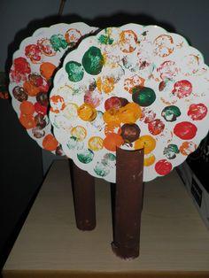 Thema 'Herfst': Herfstboom: keukenrol schilderen & stempelen met kurkjes