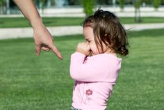 Parents discipline their children in an effort to teach them appropriate ways to behave. Their morals and values are also conveyed through appropriate discipline techniques. Lob, Child Rearing Practices, Authoritative Parenting Style, Types Of Parenting Styles, Kids Behavior, Attachment Parenting, Anti Bullying, Child Life, Parenting Hacks
