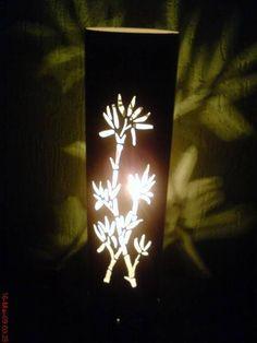 Linda luminária feita em pvc reciclado com motivo de bambu.Proporciona um efeito encantado e luz suava e agradável