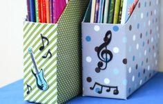 Se a sua escrivaninha ou estante estão repletas de revistas ou CDs, você pode fazer um organizador com caixa de cereal, que deixará seu espaço muito mais
