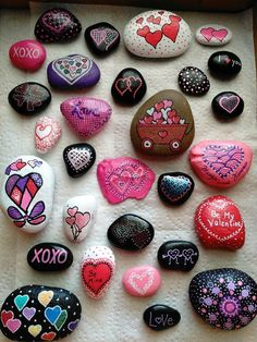 Don't be discouraged, a can of black spray paint and fabric paints. * not the traditional way of doing a Mandala bu Heart Painting, Pebble Painting, Pebble Art, Stone Painting, Rock Painting Patterns, Rock Painting Ideas Easy, Rock Painting Designs, Stone Crafts, Rock Crafts