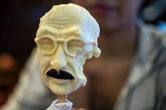 Сегодня в Китае выходной! А в Пекине ПАРАД.  В Шанхае стали продавать мороженое, выполненное в виде головы бывшего премьер-министра Японии Хидэки Тодзе, казненного в декабре 1948 года