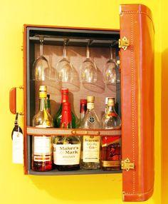 """100 ideias de decoração para fazer em casa gastando pouco dinheiro - """"Transforme uma mala em armário de bebidas/mini-bar.""""  Casa"""
