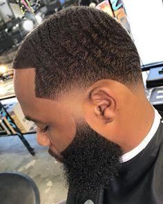 Wellen Farbverlauf an Schläfen und Nacken Herrenhaarschnitt Waves Hairstyle Men, Waves Haircut, Beard Cuts, Beard Fade, Hot Haircuts, Black Men Haircuts, Hair And Beard Styles, Short Hair Styles, Black Hair Cuts