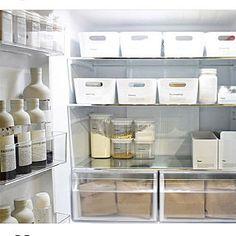 女性で、4LDKの、Kitchen/冷蔵庫/収納/キッチン/シンプル/キッチン収納/手作りラベル/シンプルライフ/シンプルインテリア/調味料ラベル/冷蔵庫収納/モノトーンインテリア/インスタと同じpic/インスタやってます!/丁寧な暮らし/ig→korenankore72/こんぶラベルについてのインテリア実例。 「最近の冷蔵庫です...」 (2018-01-11 23:53:57に共有されました) Fridge Organization, Organization Ideas, Organizing, Minimalist Living, Kitchenware, Bathroom Medicine Cabinet, Interior, Table, Furniture