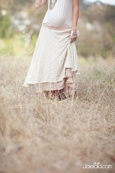 Love this natural dress that peeks at the baby bump while still having a soft and feminine feel.