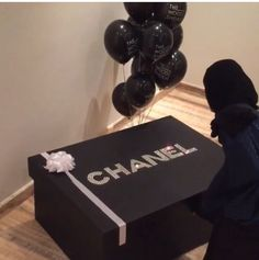 A Chanel shoe box. I just died! Chanel No 5, Chanel Shoes, Coco Chanel, Only Fashion, Fashion Brand, Giant Shoe Box, Chanel Bedroom, Sneakers Box, Brand Name Shoes